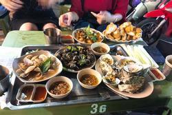 Mất 820k đi ăn ở quán ốc nổi tiếng Hà Nội, cô gái trẻ bức xúc vì thái độ nhân viên hách dịch, xin thêm đồ cậy ốc còn bị quát