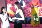Hy hữu ở Đà Nẵng: MC đang say mê giới thiệu chương trình, khách mời xông thẳng lên sân khấu 'tố' BTC