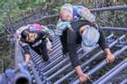 'Thót tim' trước cảnh học sinh đi học, phụ nữ đi đẻ trèo vách đá cao 800 m