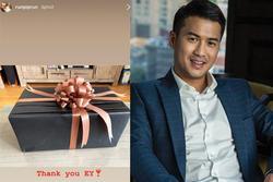 Phillip Nguyễn khoe quà sinh nhật kèm lời nhắn 'em yêu', dân mạng truy danh tính cô gái may mắn