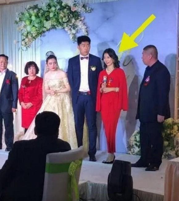 Dân mạng xôn xao hình ảnh mẹ chồng đẹp lấn át con dâu trong ngày cưới-2