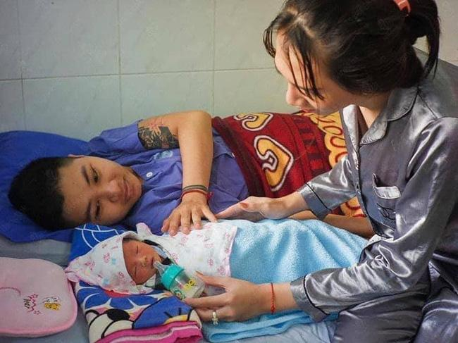 Hé lộ hình ảnh hiếm hoi về con gái sơ sinh của người ĐÀN ÔNG Việt Nam đầu tiên đẻ con-4