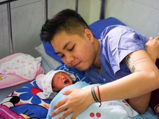 Hé lộ hình ảnh hiếm hoi về con gái sơ sinh của người ĐÀN ÔNG Việt Nam đầu tiên đẻ con-3