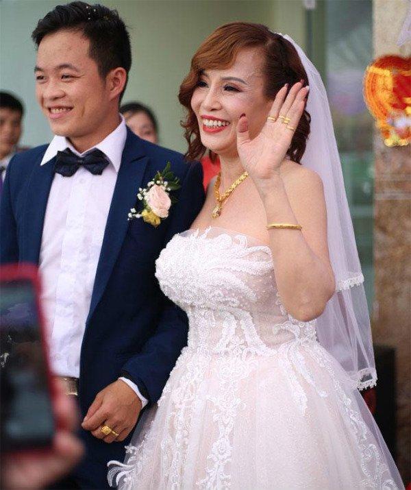 HOT: Vợ chồng cô dâu Cao Bằng hội ngộ lão bà 65 và anh xã ngoại quốc 28 ở Đồng Nai-1