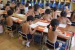 Ngôi trường bắt học sinh cởi trần đi học suốt 40 năm qua, cư dân mạng tranh cãi gay gắt