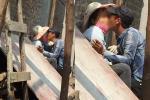 Cặp đôi ăn mặc mát mẻ, vô tư nằm hôn hít trên bãi cỏ ở ven đường Bắc Ninh-4