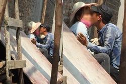 Nụ hôn gây bão của cặp đôi phụ hồ giữa thời tiết nắng như chảo lửa ở Hà Nội