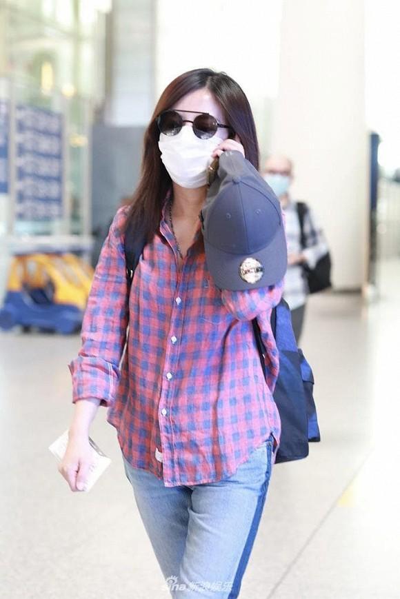 Én nhỏ Triệu Vy mặc áo nhàu, dùng lại đôi giày cọc cạch khi xuất hiện ở sân bay-1