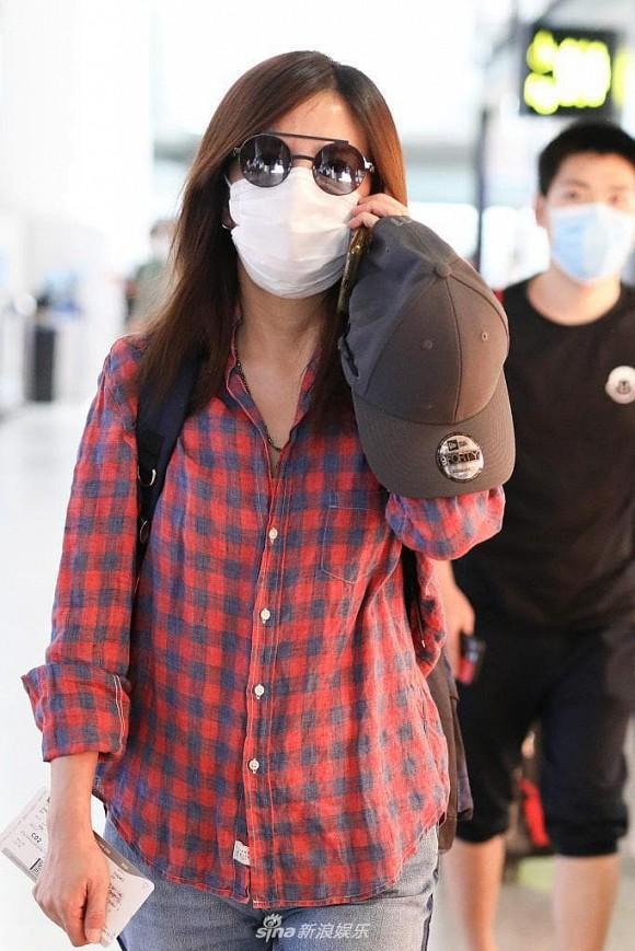 Én nhỏ Triệu Vy mặc áo nhàu, dùng lại đôi giày cọc cạch khi xuất hiện ở sân bay-2
