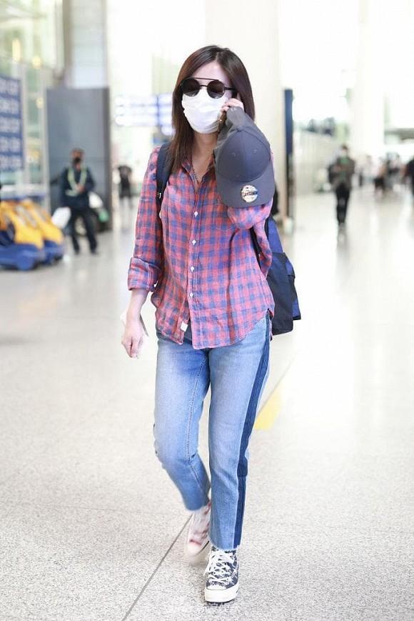 Én nhỏ Triệu Vy mặc áo nhàu, dùng lại đôi giày cọc cạch khi xuất hiện ở sân bay-3