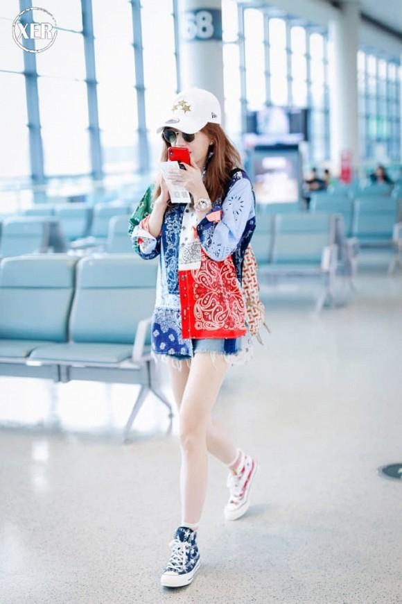 Én nhỏ Triệu Vy mặc áo nhàu, dùng lại đôi giày cọc cạch khi xuất hiện ở sân bay-4