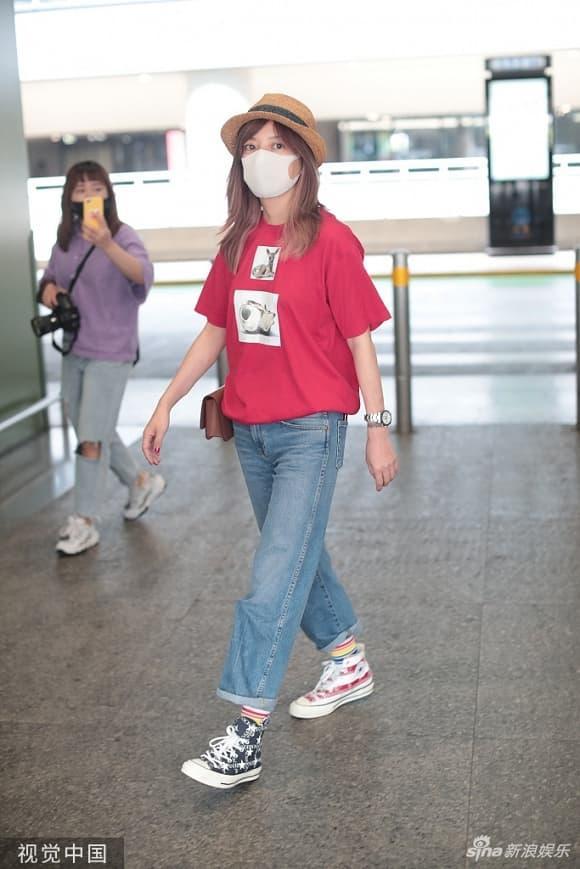 Én nhỏ Triệu Vy mặc áo nhàu, dùng lại đôi giày cọc cạch khi xuất hiện ở sân bay-5