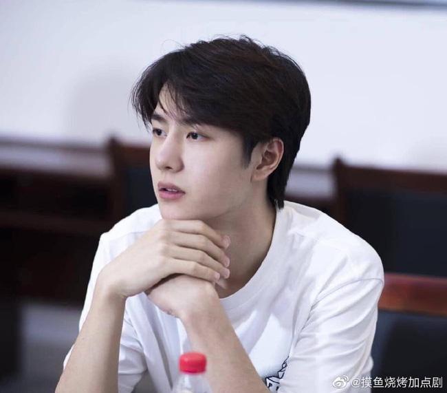 Vừa hết Hữu Phỉ, Vương Nhất Bác đã đóng phim với chồng Trần Nghiên Hy, đẹp trai cực phẩm khi đọc kịch bản-1