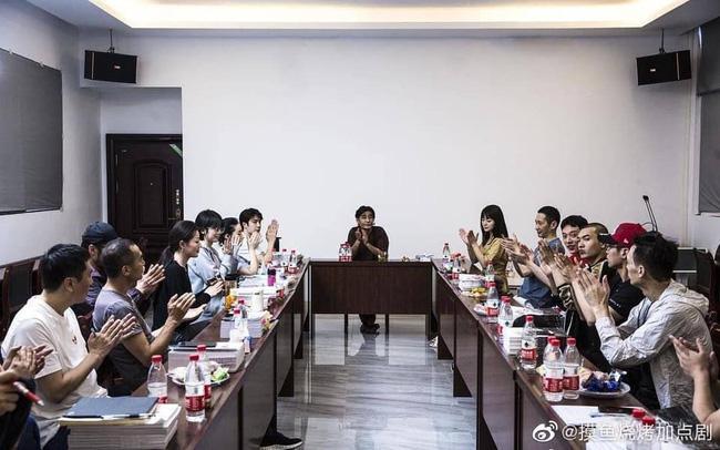 Vừa hết Hữu Phỉ, Vương Nhất Bác đã đóng phim với chồng Trần Nghiên Hy, đẹp trai cực phẩm khi đọc kịch bản-2