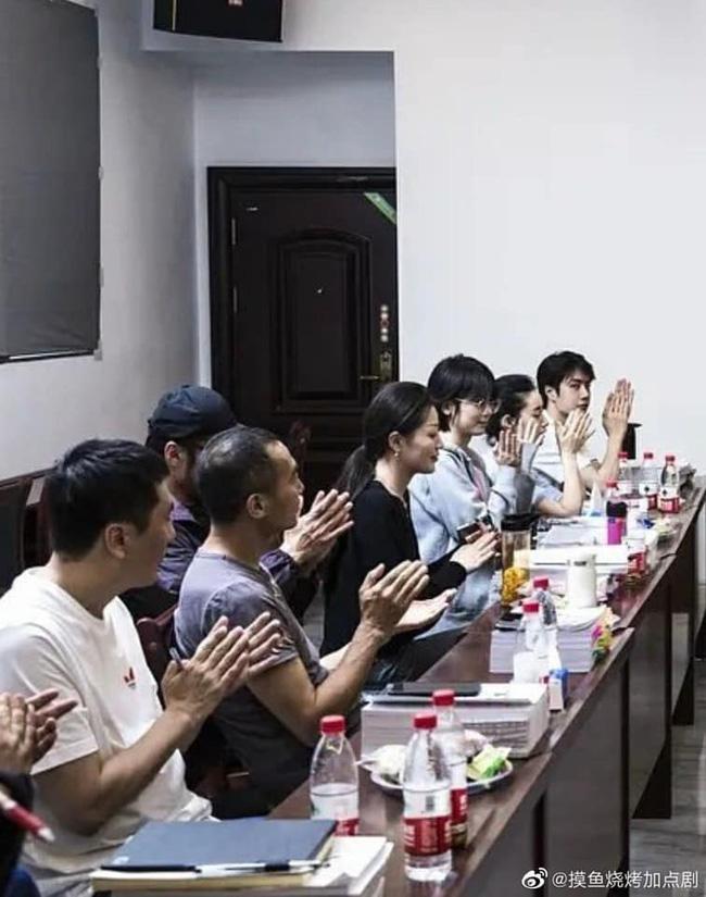 Vừa hết Hữu Phỉ, Vương Nhất Bác đã đóng phim với chồng Trần Nghiên Hy, đẹp trai cực phẩm khi đọc kịch bản-3