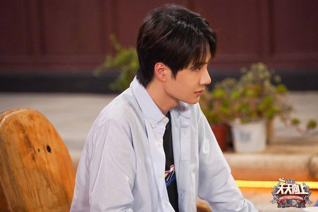 Vừa hết Hữu Phỉ, Vương Nhất Bác đã đóng phim với chồng Trần Nghiên Hy, đẹp trai cực phẩm khi đọc kịch bản-8