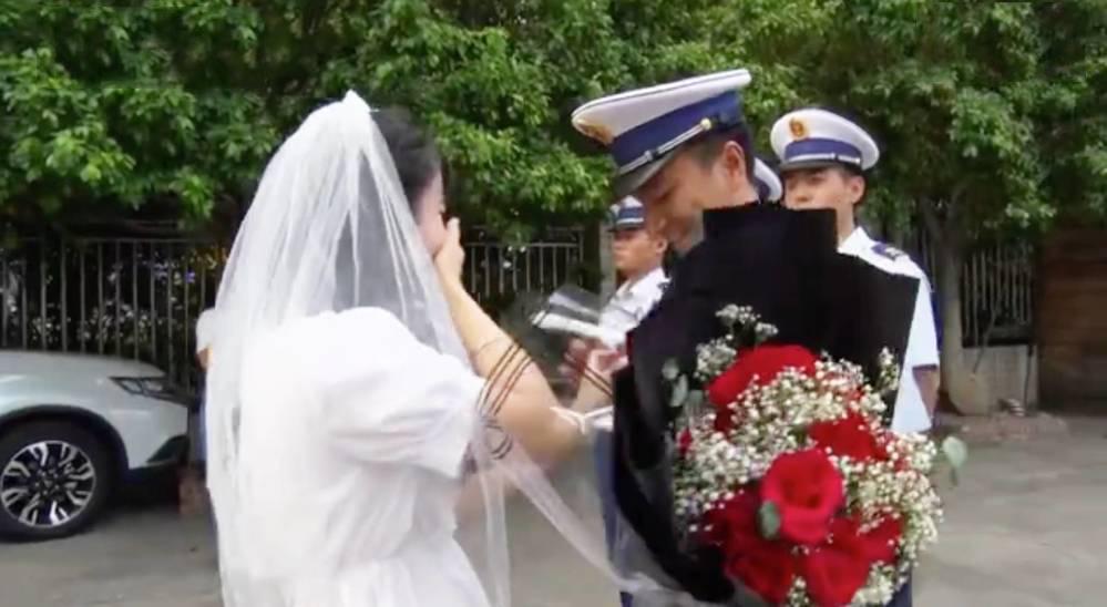 Cô gái mặc váy cưới, ôm hoa đi cầu hôn người yêu: Anh không có thời gian, vậy em đến tận nơi gả cho anh-1
