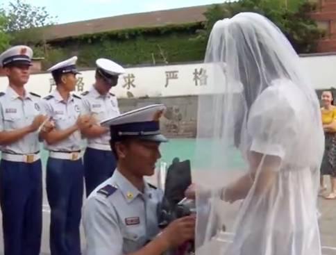 Cô gái mặc váy cưới, ôm hoa đi cầu hôn người yêu: Anh không có thời gian, vậy em đến tận nơi gả cho anh-2
