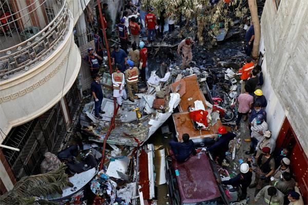 Có thể còn người sống sót trong vụ máy bay Pakistan rơi-1