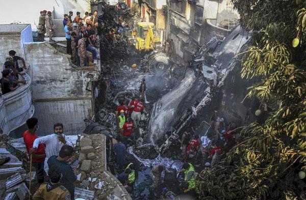 Vụ rơi máy bay Pakistan: Những bất thường trước lúc gặp nạn-1