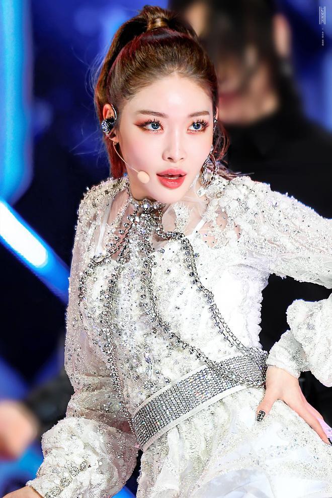 Nữ thần Kpop thế hệ mới Chungha gây shock khi phẫu thuật thẩm mỹ giống hệt 2NE1 Park Bom-4