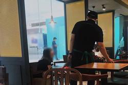 Lộ diện cô gái được ca ngợi 'ngôn tình hơn phim Hàn' khi ngồi cả buổi chờ bạn trai làm bồi bàn