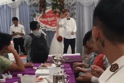 Chú rể chiếm spotlight khi cầm míc phát biểu trong đám cưới làm MC và quan khách ngỡ ngàng