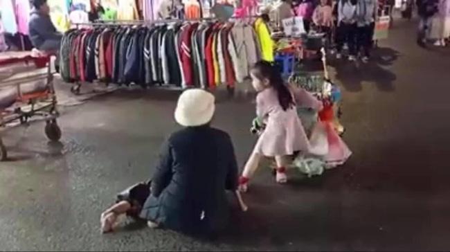 MXH tan chảy trước bé gái xinh như thiên thần theo bà tật nguyền đi bán hàng rong ở chợ đêm Đà Lạt-4
