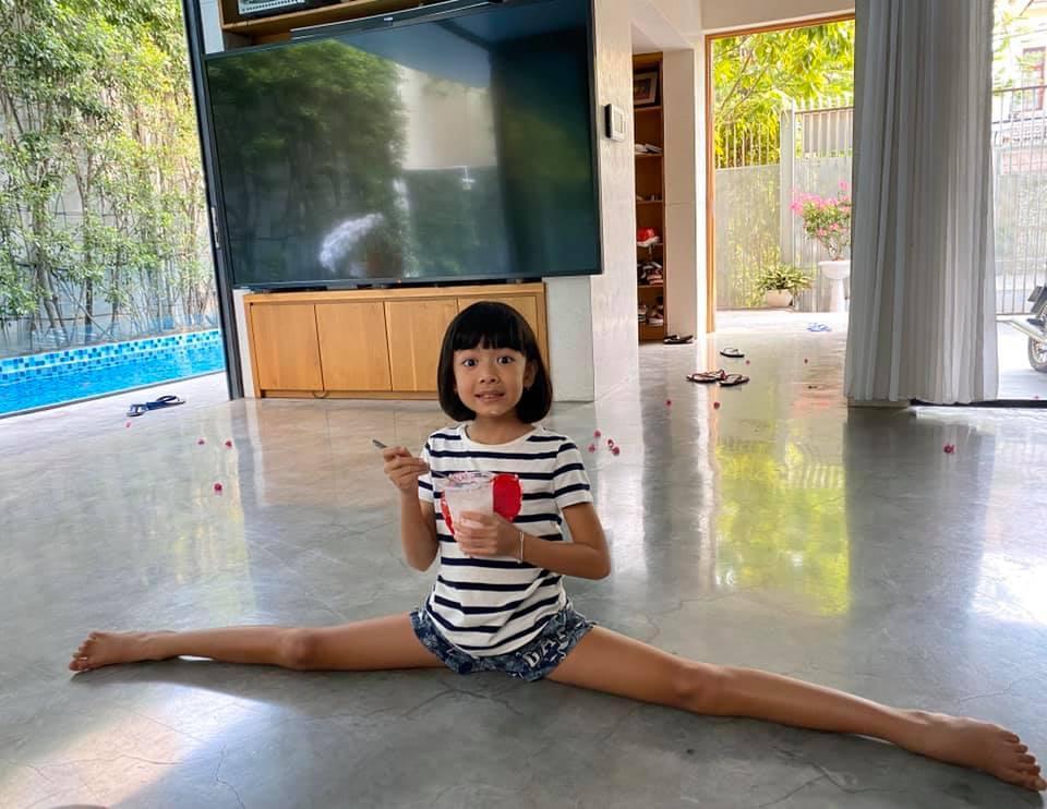 Ái nữ 8 tuổi nhà Bình Minh khoe chân dài kinh ngạc, dàn mỹ nhân showbiz dụi mắt trầm trồ-4