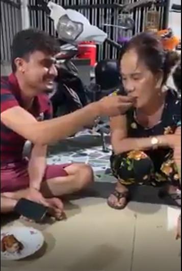 Ảnh cưới chưa nguội, cô dâu Việt 65 tuổi và chồng Tây 28 lại gây tranh cãi với clip đút cơm cho nhau-1