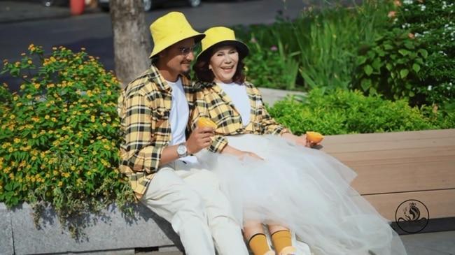Ảnh cưới chưa nguội, cô dâu Việt 65 tuổi và chồng Tây 28 lại gây tranh cãi với clip đút cơm cho nhau-3