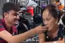 Ảnh cưới chưa nguội, cô dâu Việt 65 tuổi và chồng Tây 28 lại gây tranh cãi với clip đút cơm cho nhau