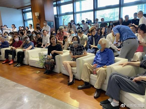 Lộ diện sau nghi vấn ly hôn, Châu Tấn bị soi gương mặt lão hóa dù mặc đồ khoe chân thon-2