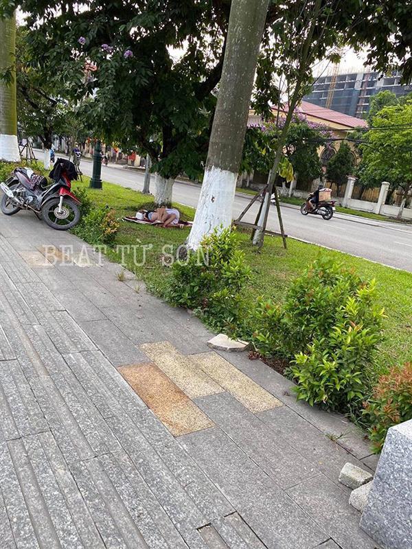 Cặp đôi ăn mặc mát mẻ, vô tư nằm hôn hít trên bãi cỏ ở ven đường Bắc Ninh-1