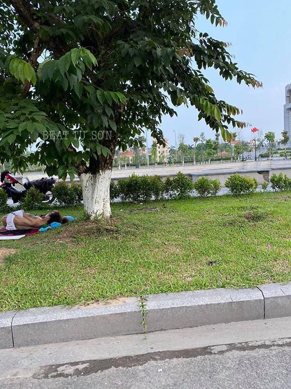 Cặp đôi ăn mặc mát mẻ, vô tư nằm hôn hít trên bãi cỏ ở ven đường Bắc Ninh-3
