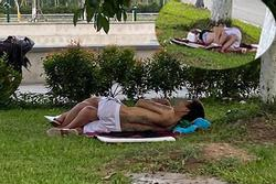 Cặp đôi ăn mặc mát mẻ, vô tư nằm hôn hít trên bãi cỏ ở ven đường Bắc Ninh