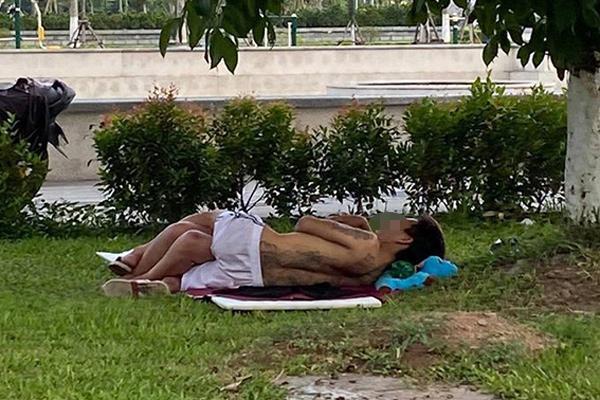 Cặp đôi ăn mặc mát mẻ, vô tư nằm hôn hít trên bãi cỏ ở ven đường Bắc Ninh-2