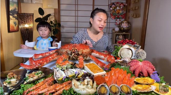 Mừng 3 triệu sub, Quỳnh Trần JP chơi lớn với mâm hải sản cua hoàng đế nặng hơn 6kg và loạt món siêu đắt-1