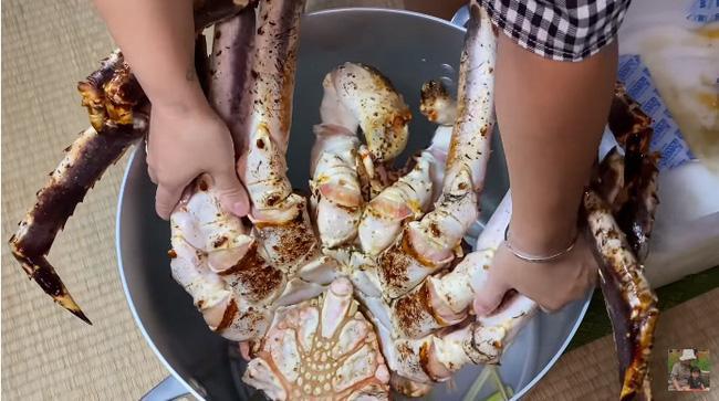 Mừng 3 triệu sub, Quỳnh Trần JP chơi lớn với mâm hải sản cua hoàng đế nặng hơn 6kg và loạt món siêu đắt-3