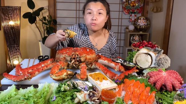 Mừng 3 triệu sub, Quỳnh Trần JP chơi lớn với mâm hải sản cua hoàng đế nặng hơn 6kg và loạt món siêu đắt-4