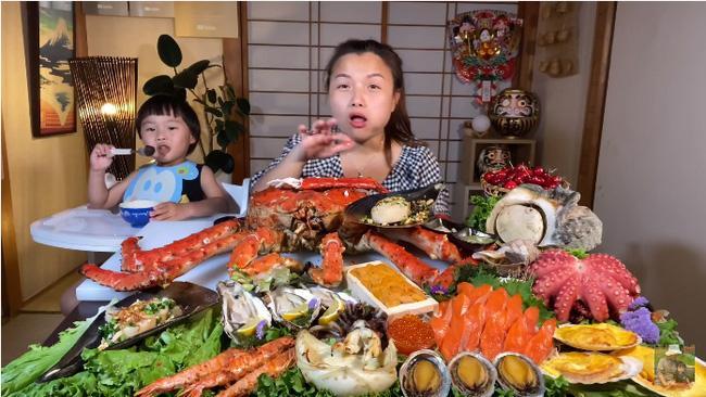 Mừng 3 triệu sub, Quỳnh Trần JP chơi lớn với mâm hải sản cua hoàng đế nặng hơn 6kg và loạt món siêu đắt-5