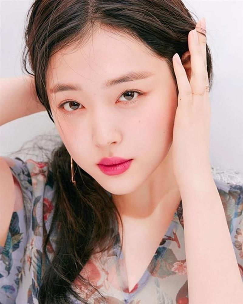 Những nàng công chúa Kpop:  Jennie - Sulli được cưng chiều, Xiyeon bị hắt hủi xót thương-6