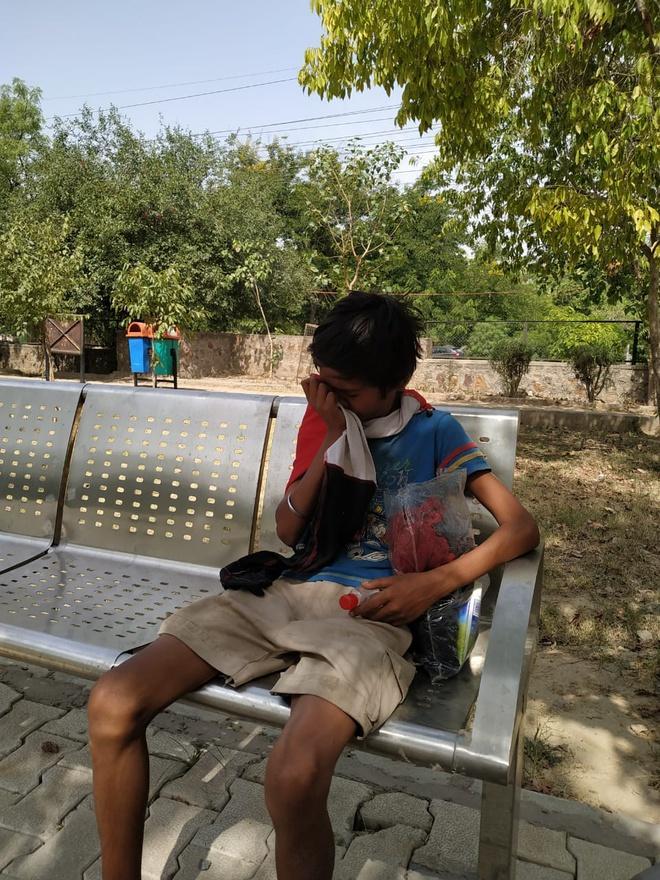 Cậu bé phải ngủ ở công viên mùa dịch đoàn tụ bố mẹ nhờ dân mạng-3
