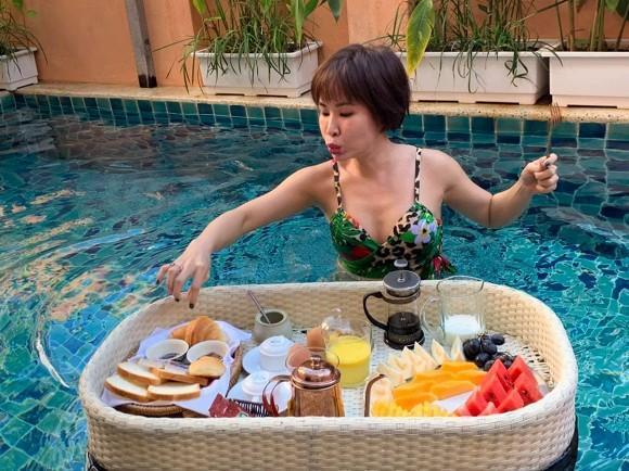 Lâu lắm rồi mới thấy ca sĩ Uyên Linh lại mặc đồ bơi nóng bỏng đến thế-3