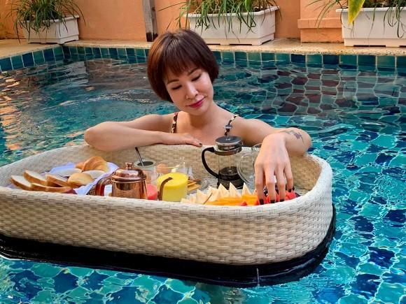 Lâu lắm rồi mới thấy ca sĩ Uyên Linh lại mặc đồ bơi nóng bỏng đến thế-4