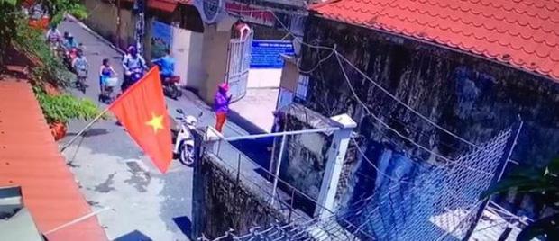 Vụ học sinh lớp 1 bị đứng ngoài nắng vì đi học sớm: Xuất hiện clip mẹ để con đứng cổng trường rồi chụp ảnh post Facebook-1