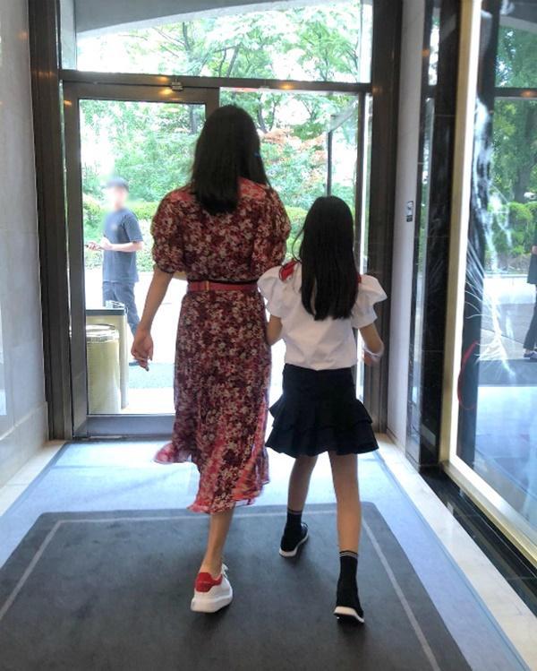 Kim Hee Sun: Từng đau đớn tới mức muốn giải nghệ, bỏ xứ ra đi vì ngoại hình con gái bị miệt thị-10