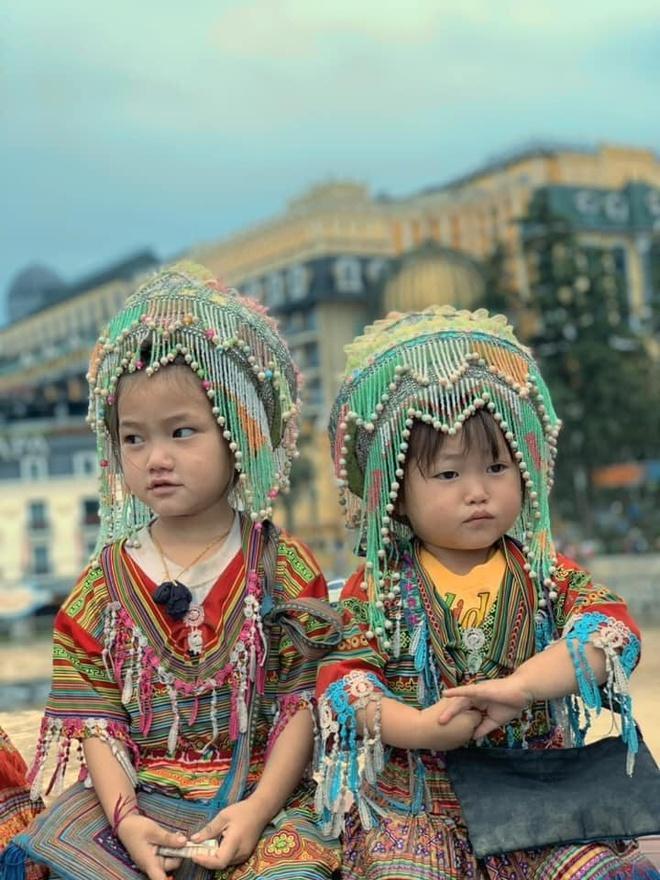 Nụ cười rạng rỡ của 2 cô bé bán hàng rong ở Sa Pa-1