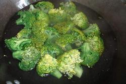Thật sai lầm khi rửa súp lơ xanh trực tiếp với nước, thêm 2 bước nó mới sạch hoàn toàn