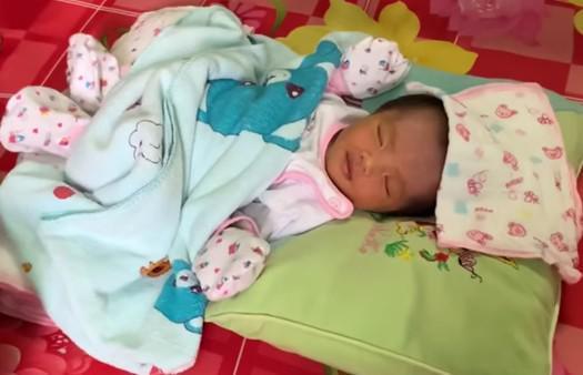 Cận cảnh mẹ bỉm sữa chăm con mọn của người đàn ông Việt Nam đầu tiên mang thai-4